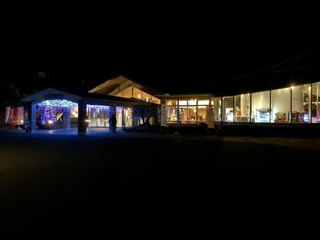 日帰り温泉施設「かんなの湯」の夜の風景
