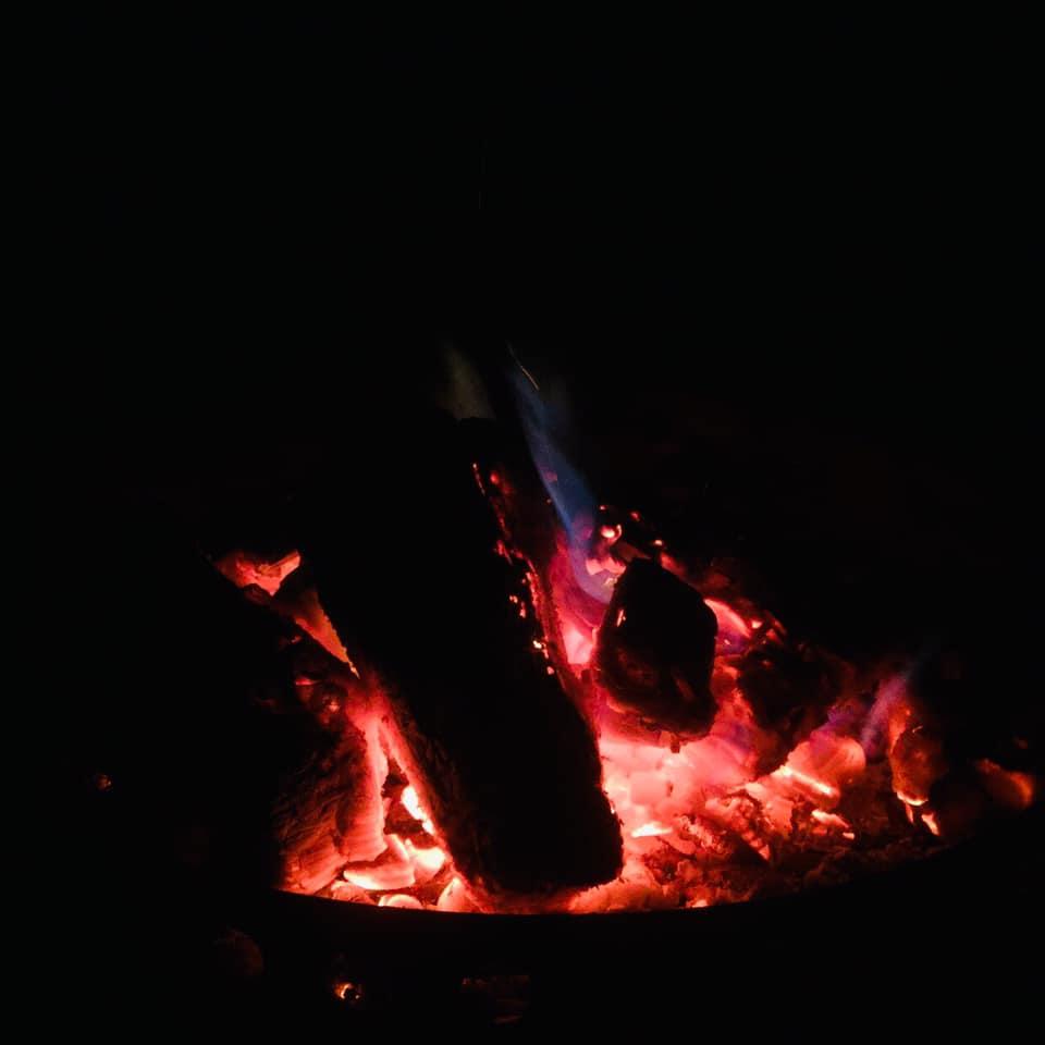 矢板 城の湯キャンプ場で焚火の火がオキに変わろうとしている