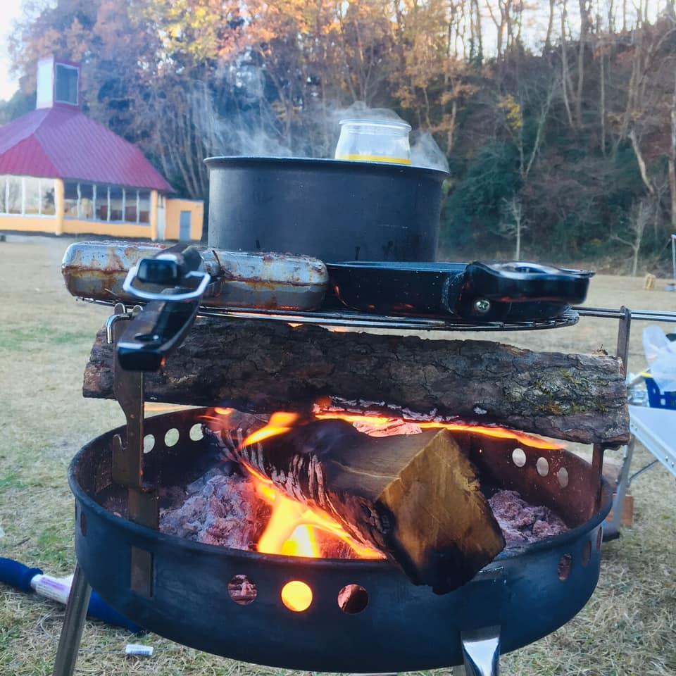 矢板 城の湯キャンプ場で焚火台の上でホットサンドメーカーを使って調理。 鳥のぽんじりを焼いているところ