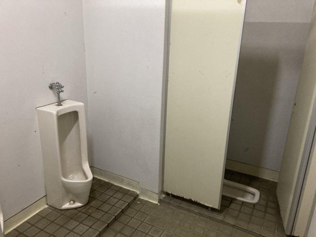 幌馬車くんと行く軽キャンピングトレーラー車中泊で矢坂城の湯RVパークのトイレ棟
