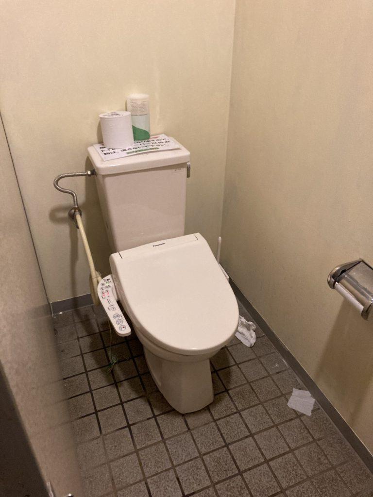 幌馬車くんと行く軽キャンピングトレーラー車中泊で矢坂城の湯RVパークのバーベキュー施設のトイレ