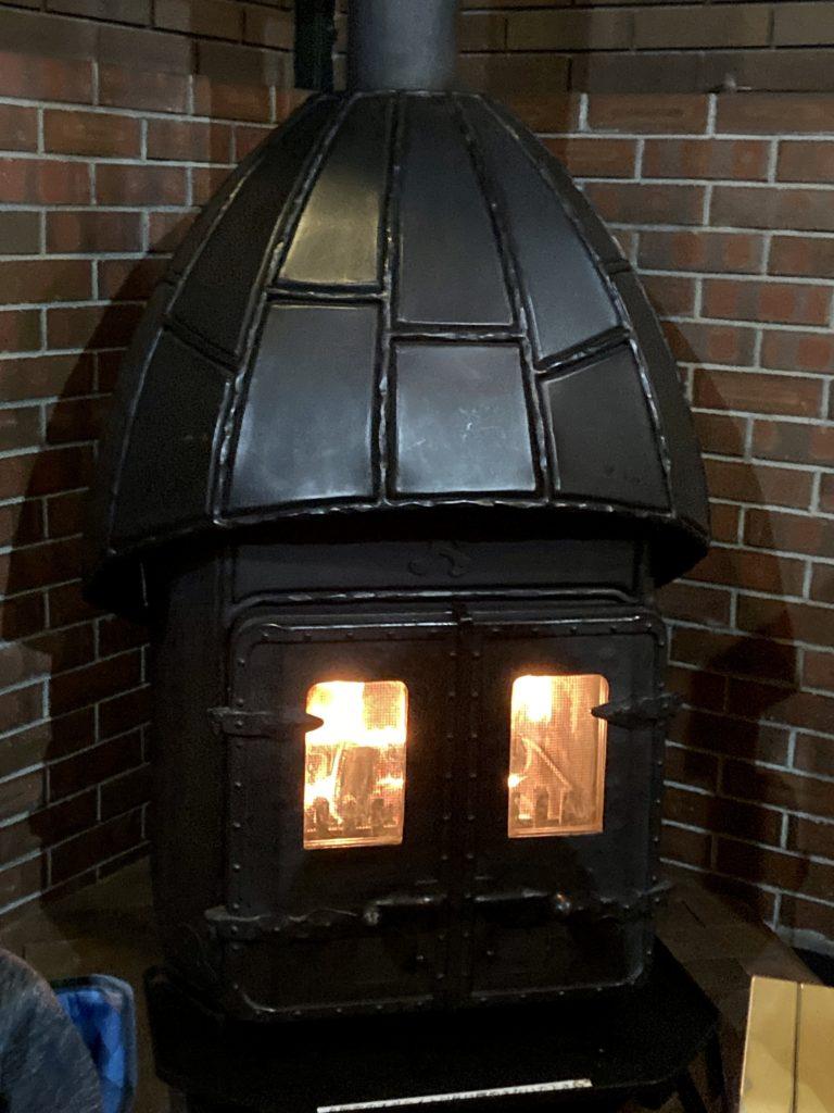 碓氷峠の「くつろぎの郷」コテージ泊の霧積の暖炉で暖を取る