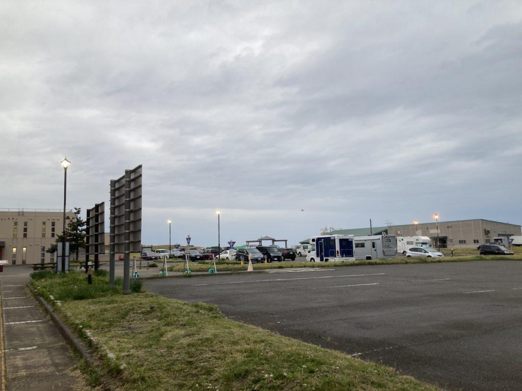 道の駅「うみてらす名立」の駐車場。車中泊組のキャンピングカーが多い