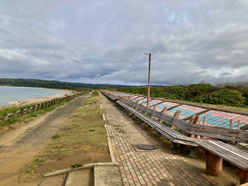 道の駅「とぎ海街道」の世界一長いベンチ
