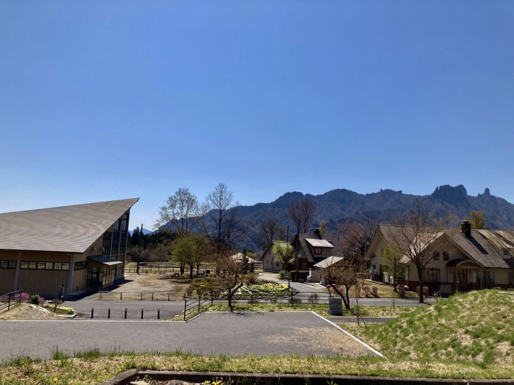 碓氷峠の森公園交流館「峠の湯」駐車場からみた、くつろぎの郷風景