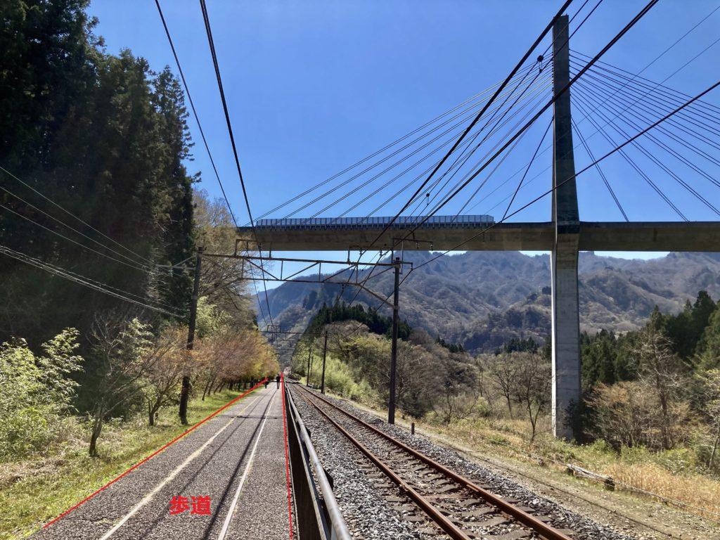 碓氷峠の森公園交流館「峠の湯」から鉄道文化むらまでのアプトの道ハイキングで長野自動車道付近