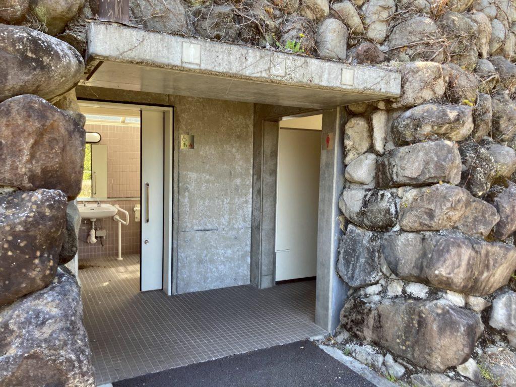 碓氷峠の森公園交流館「峠の湯」で車中泊に24時間使える外トイレの入口