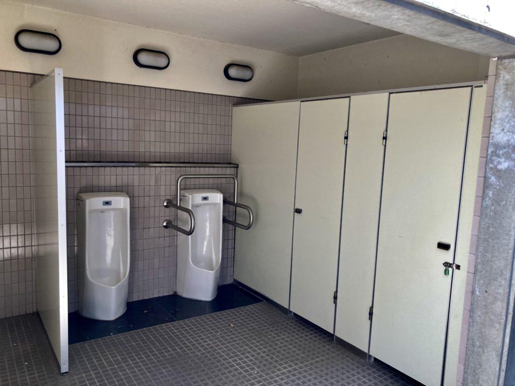 碓氷峠の森公園交流館「峠の湯」で車中泊に24時間使える外トイレの男性側