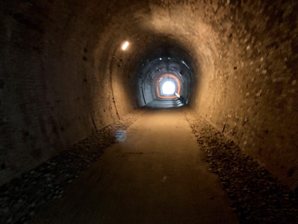 碓氷峠の森公園交流館「峠の湯」アプトの道ハイキングで碓井湖、めがね橋を歩くでトンネルの中