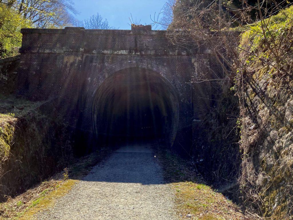 碓氷峠の森公園交流館「峠の湯」アプトの道ハイキングで碓井湖、めがね橋を歩くでトンネル入口