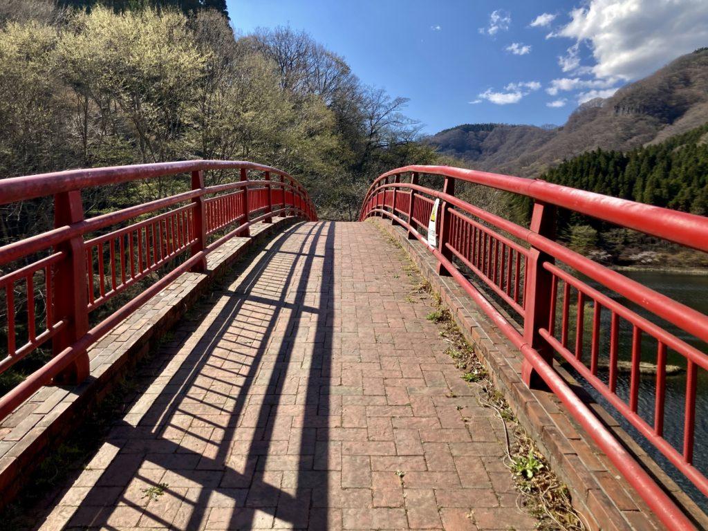 碓井湖の湖畔周辺の遊歩道ハイキングで橋を渡る