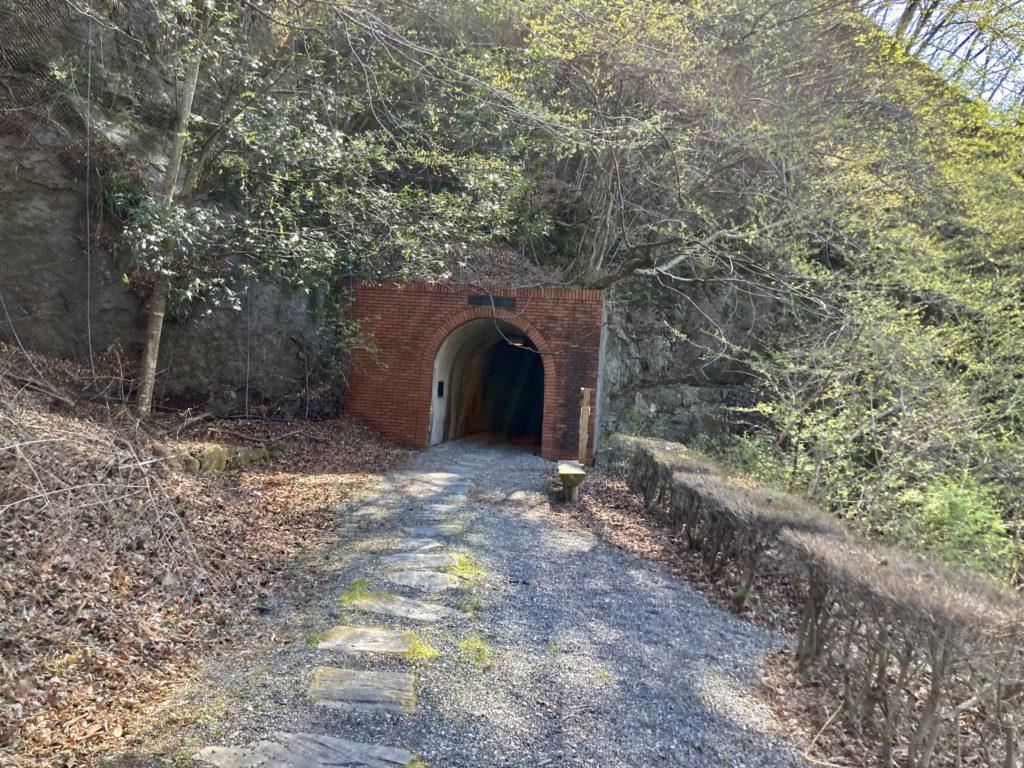 碓井湖の湖畔周辺の遊歩道ハイキングでトンネルの中を歩く