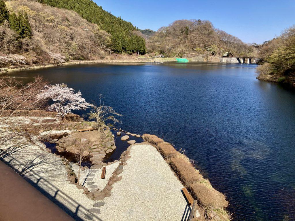 碓井湖の湖畔周辺の遊歩道ハイキングで湖畔の休憩場所