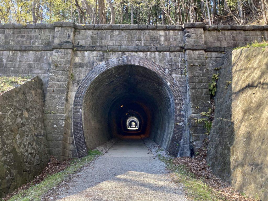 碓氷峠の森公園交流館「峠の湯」アプトの道ハイキングで碓井湖、めがね橋を歩くトンネルの向こうにまたトンネル