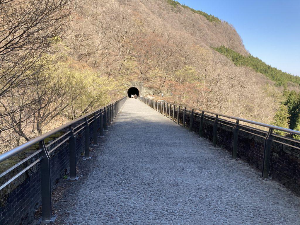 碓氷峠の森公園交流館「峠の湯」アプトの道ハイキングでめがね橋を歩くめがね橋を上から撮影した写真(ただの歩道)