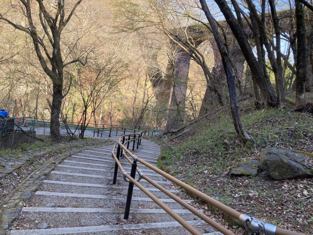 碓氷峠の森公園交流館「峠の湯」アプトの道ハイキングでめがね橋を歩く下に降りる遊歩道