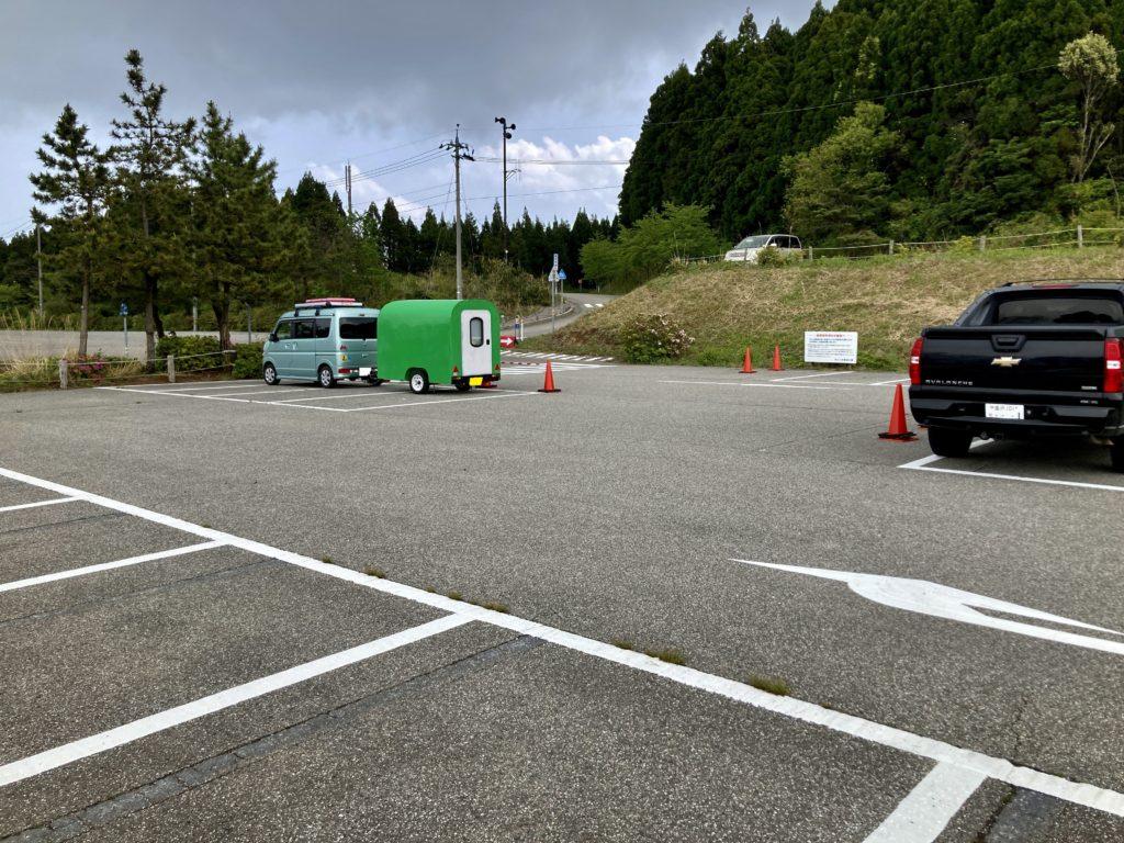 幌馬車くんの軽キャンピングトレーラーで行く、のとじま水族館の駐車場