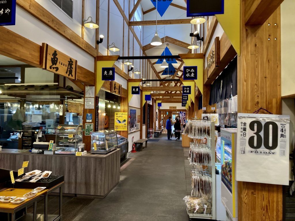 道の駅「氷見番屋街」の店内のフードコートや揚げ物