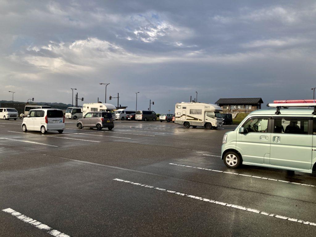 道の駅「氷見番屋街」幌馬車くんの軽キャンピングトレーラー車中泊の駐車場風景はキャンピングカーだらけ