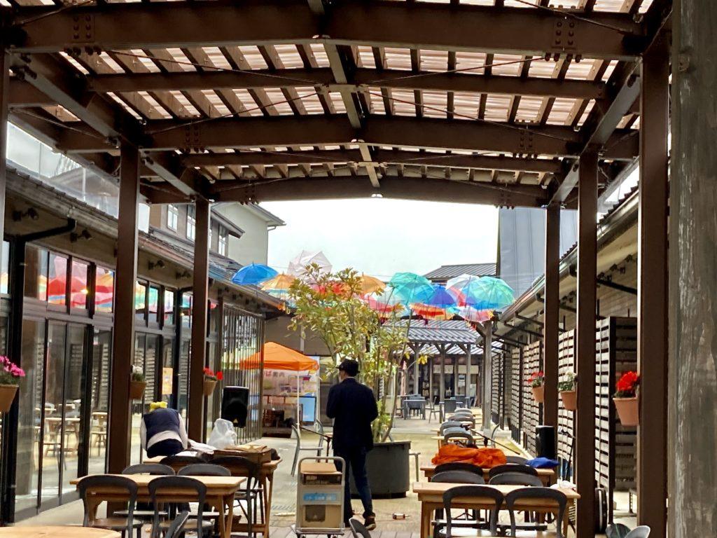 道の駅「氷見番屋街」のカラー傘