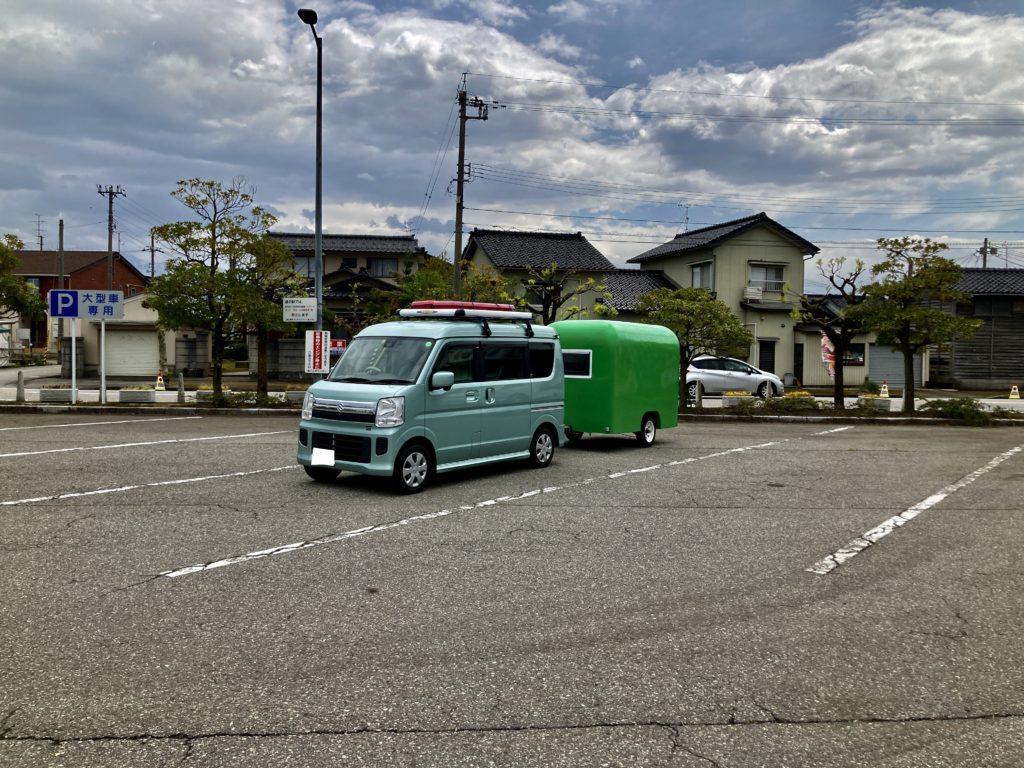 幌馬車くんの軽キャンピングトレーラーで行く、ホタルイカミュージアムの駐車場