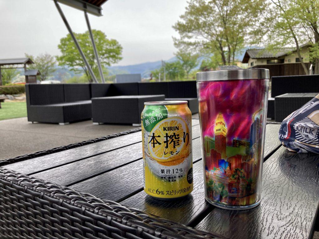 道の駅「川場田園プラザ」の園内ルーフ付きのソファーで飲み