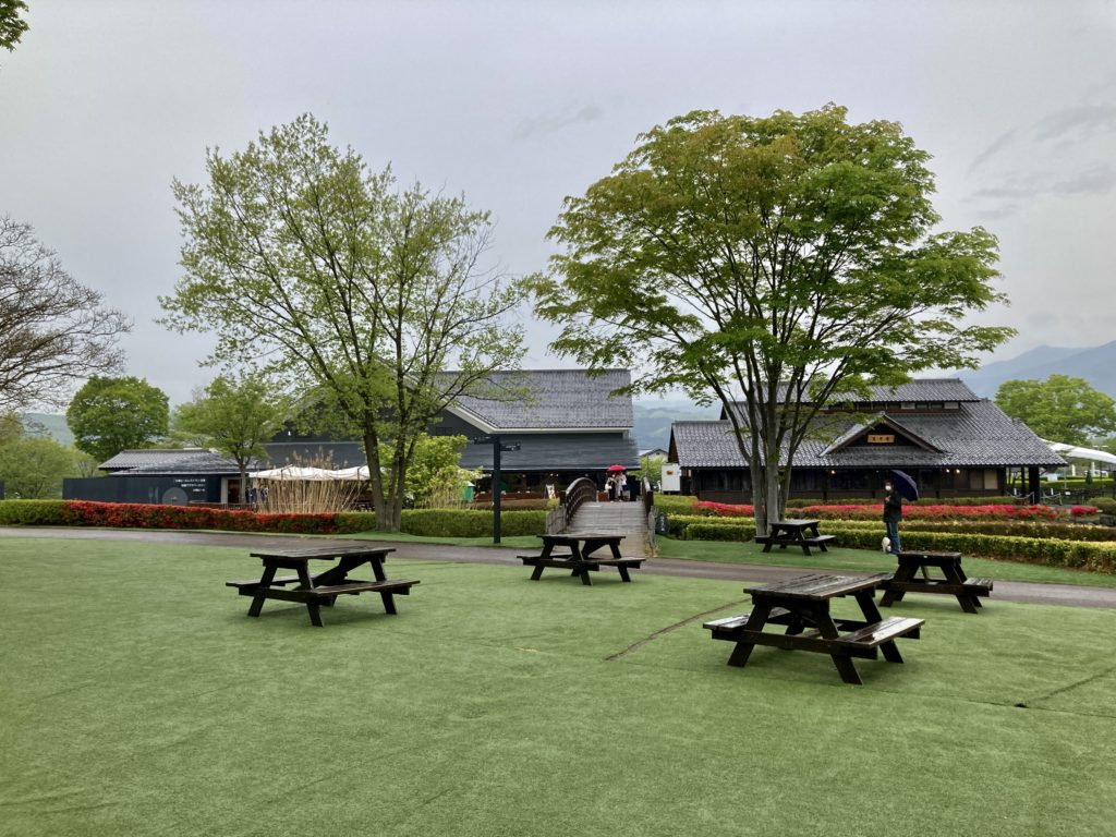 道の駅「川場田園プラザ」の園内のベンチ