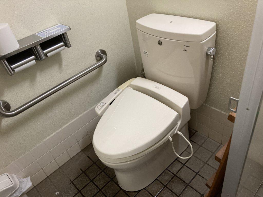 道の駅「あがつま峡」のトイレの様子で便座はウオシュレット付き