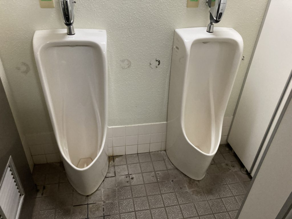 道の駅「あがつま峡」のトイレの様子で男子トイレ