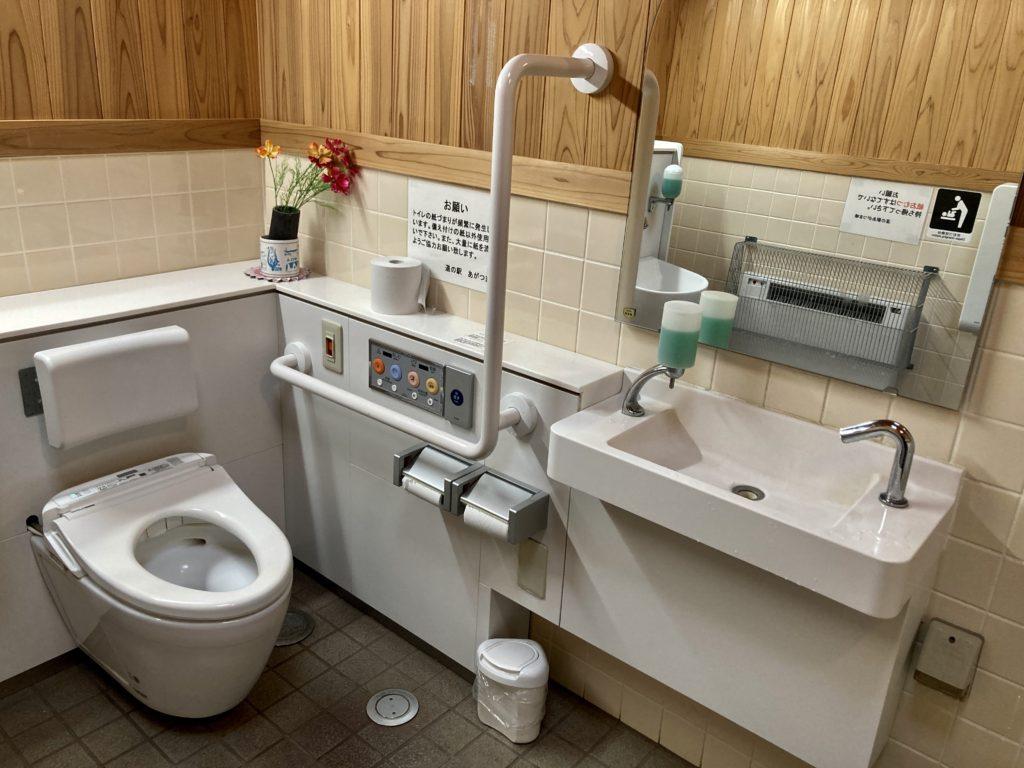 道の駅「あがつま峡」のトイレの様子で多目的トイレの様子