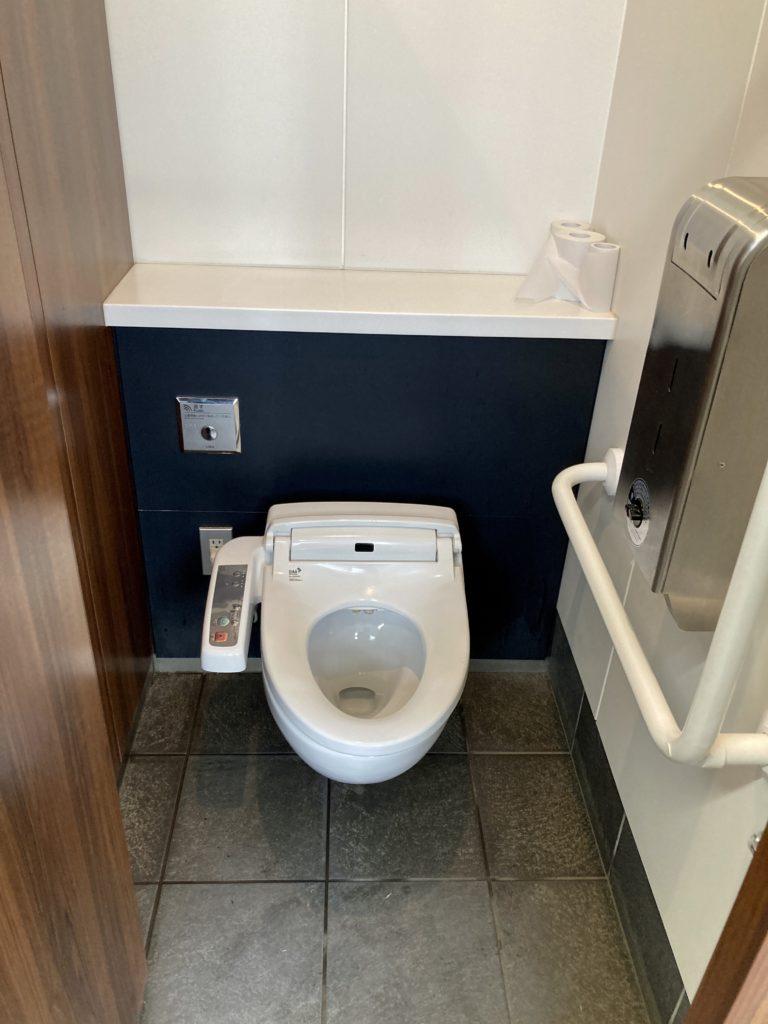 道の駅「中山盆地」トイレ棟尾の便器はウオシュレット付き