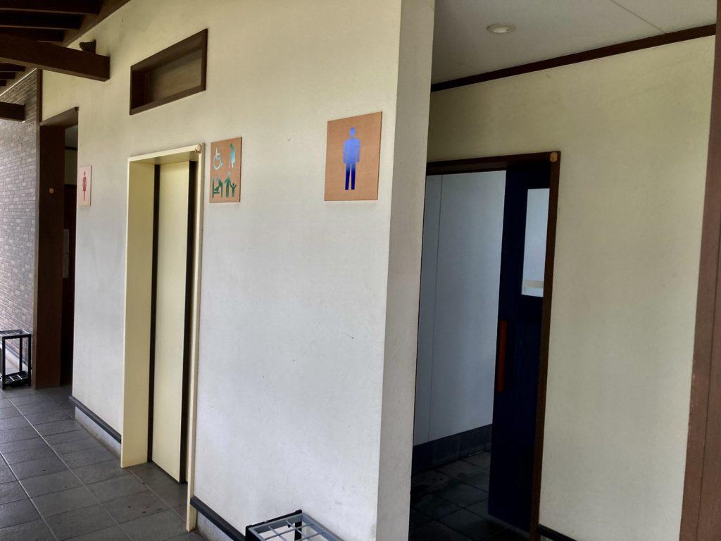道の駅「中山盆地」のトイレ棟の入口