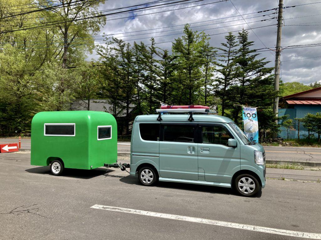 幌馬車くんと行く北軽井沢スウィートグラスの軽キャンピングトレーラのキャンプでコンビニに寄る