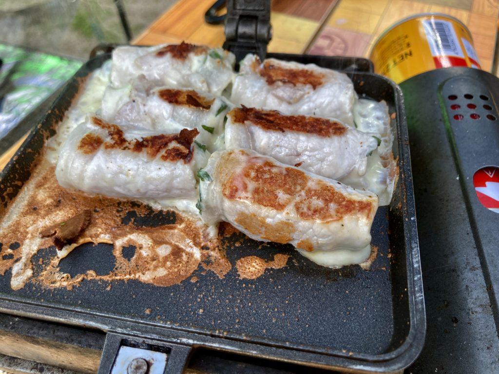 北軽井沢スウィートグラスでバウルーのホットサンドメーカー料理で豚肉とチーズと大葉の挟み焼き