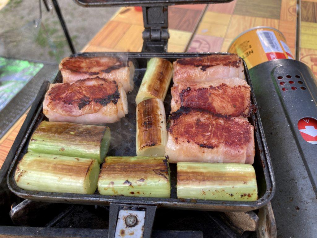 北軽井沢スウィートグラスでバウルーのホットサンドメーカー料理でネギとベーコンのロール焼き