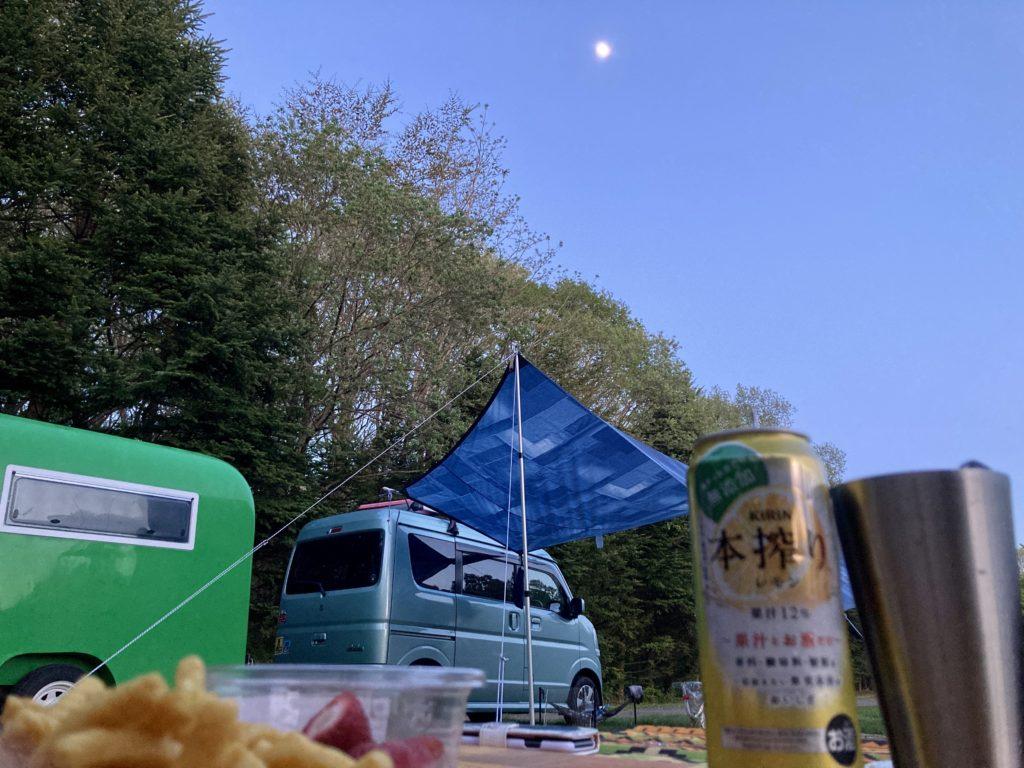 幌馬車くんと行く北軽井沢スウィートグラスの軽キャンピングトレーラのキャンプで月