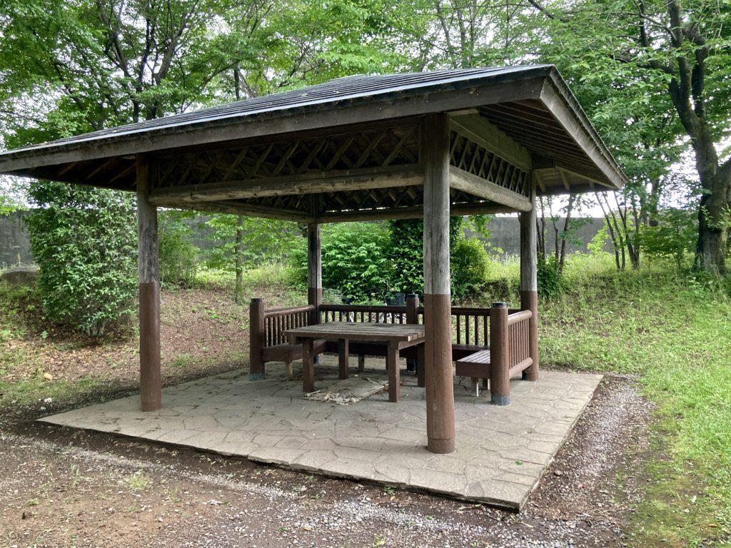 道の駅「よしおか温泉」の近くの天神東公園の東屋