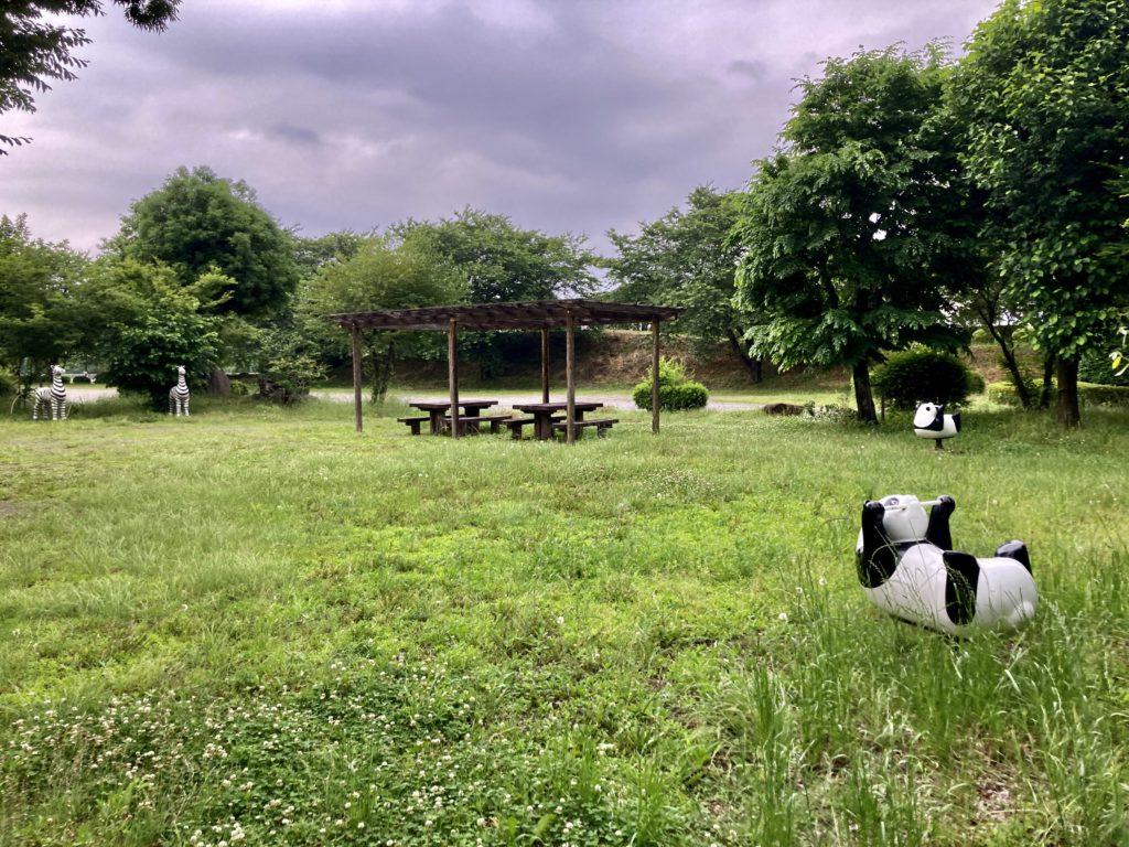 道の駅「よしおか温泉」の近くの天神東公園の休憩できるテーブル席