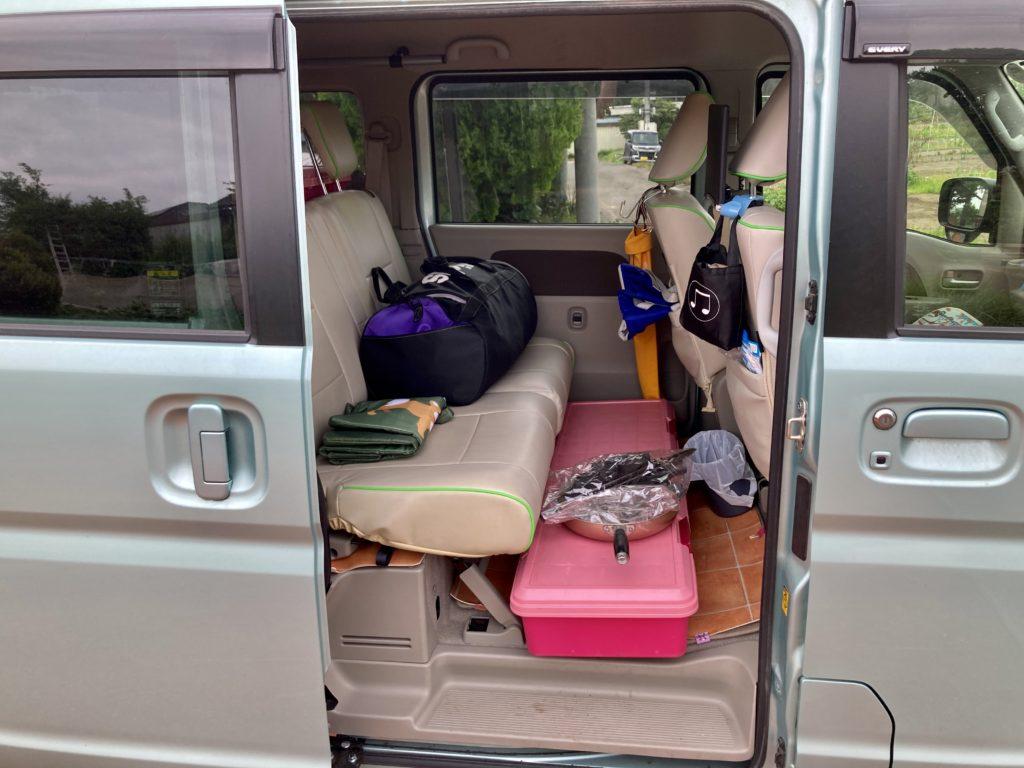 幌馬車くんと行く北軽井沢オートキャンプ場「きたかる」の軽キャンピングトレーラ車中泊のエブリィワゴンの二列目の荷物