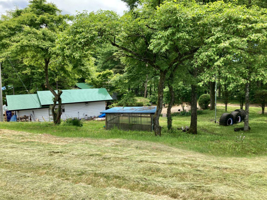 北軽井沢オートキャンプ場「きたかる」の管理棟の裏面