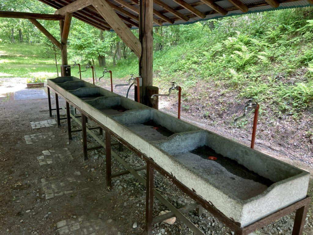 北軽井沢オートキャンプ場「きたかる」の炊事場の流し台