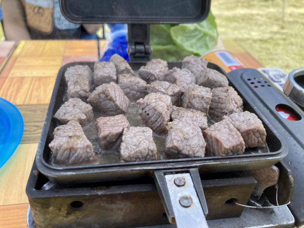 バウルーで作るホットサンドメーカーの変わり種料理はサイコロステーキ