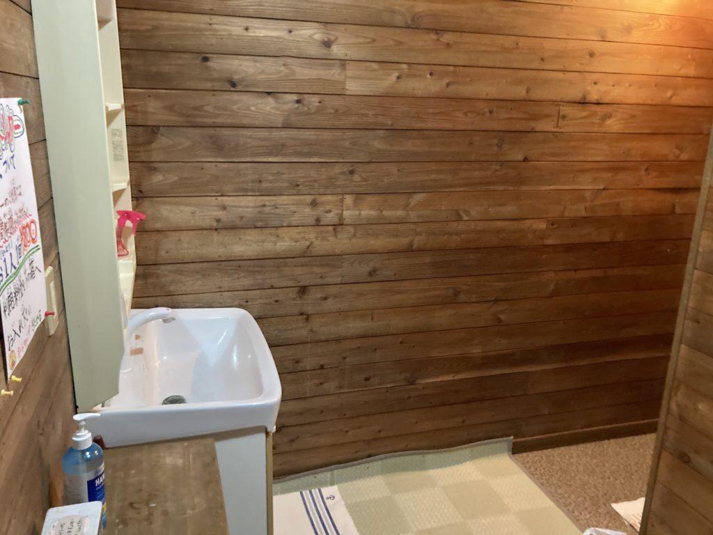 北軽井沢オートキャンプ場「きたかる」のシャワー室の洗面台
