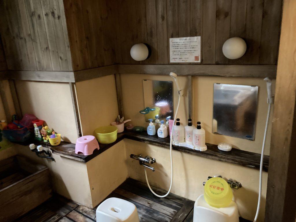 草津温泉「湯畑観光駐車場」近くの温泉宿「ゆたか」で日帰り入浴 貸し切り風呂の洗い場