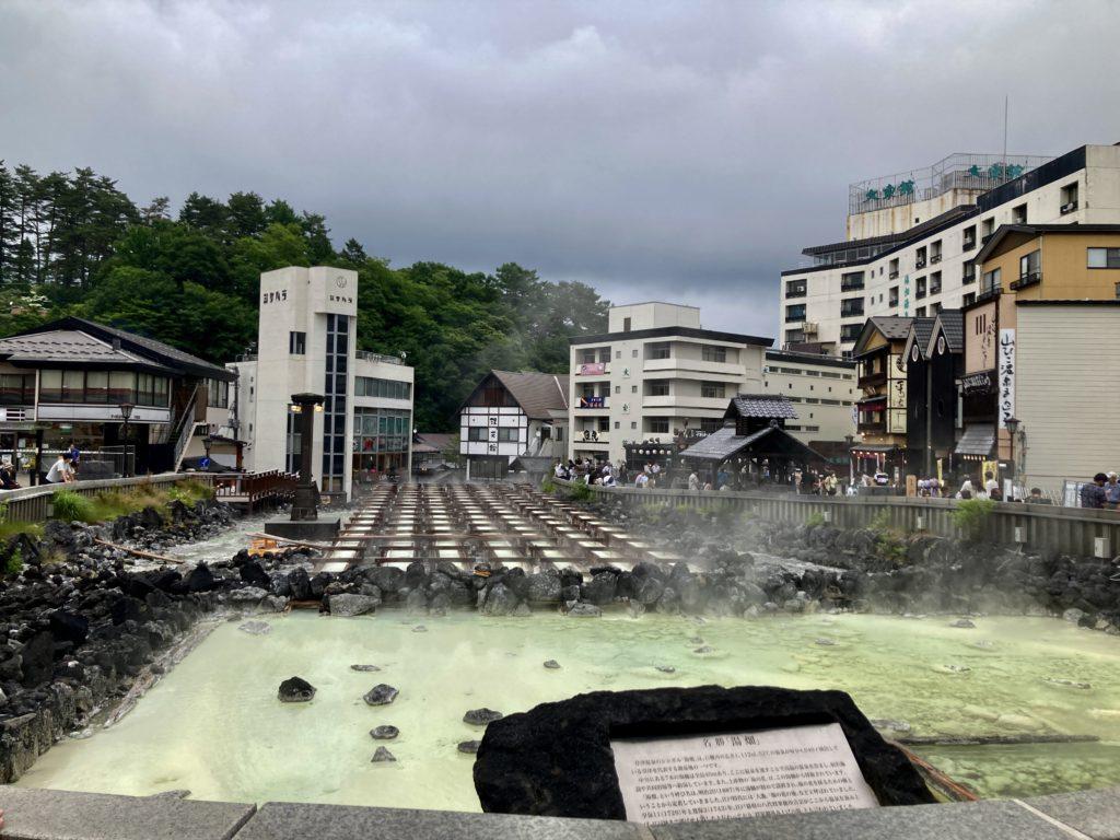 草津温泉「湯畑観光駐車場」から湯畑へ