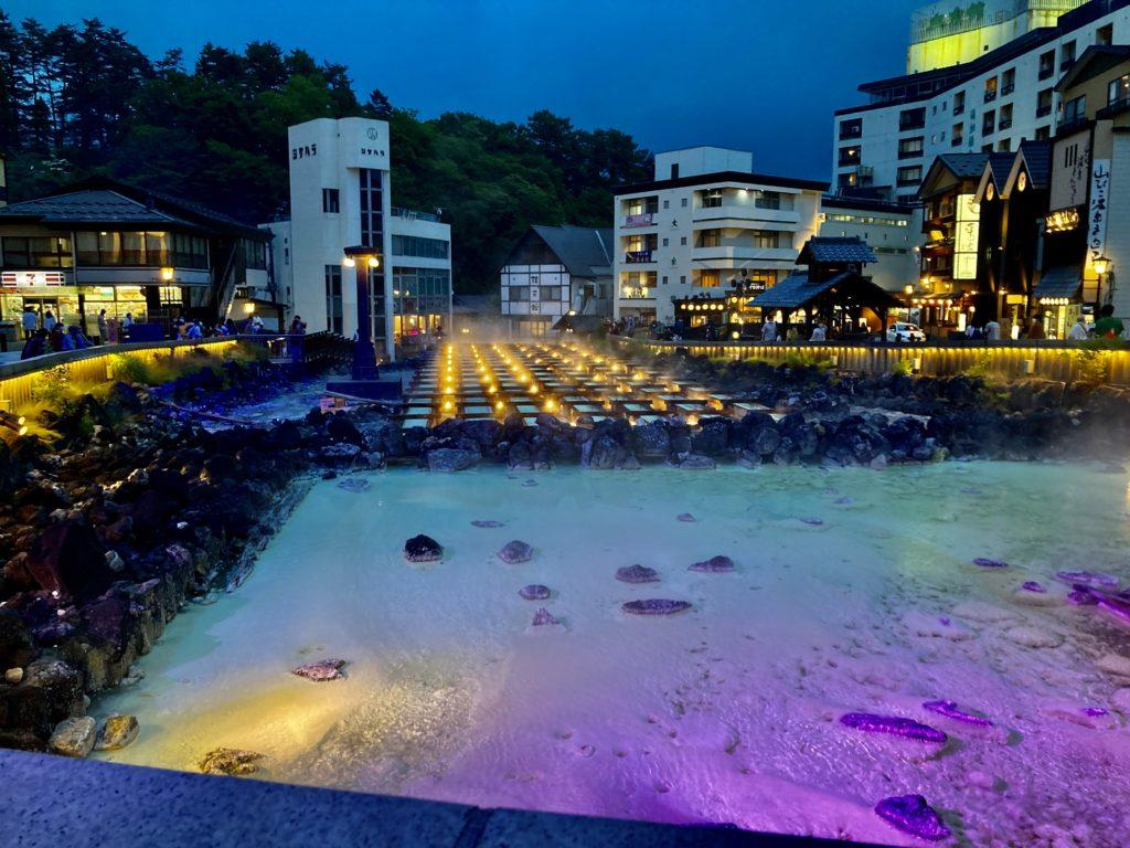 草津温泉湯畑のライトアップ写真