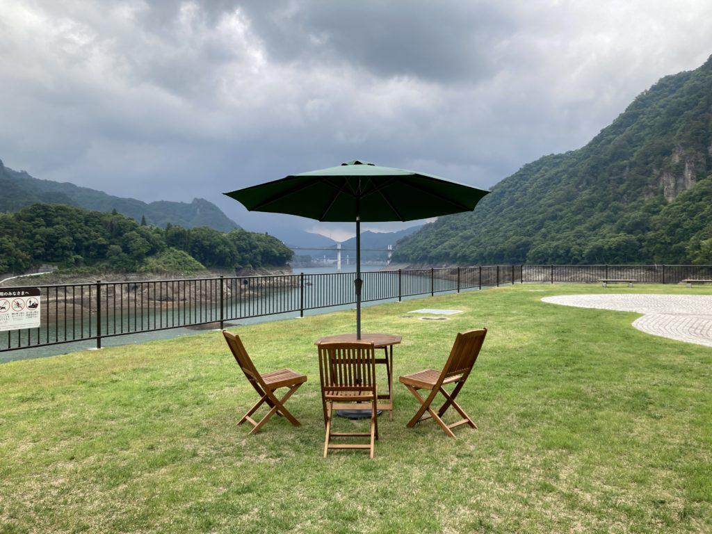 八ッ場の湖の駅「丸岩」の内庭からの八ッ場ダムの景色