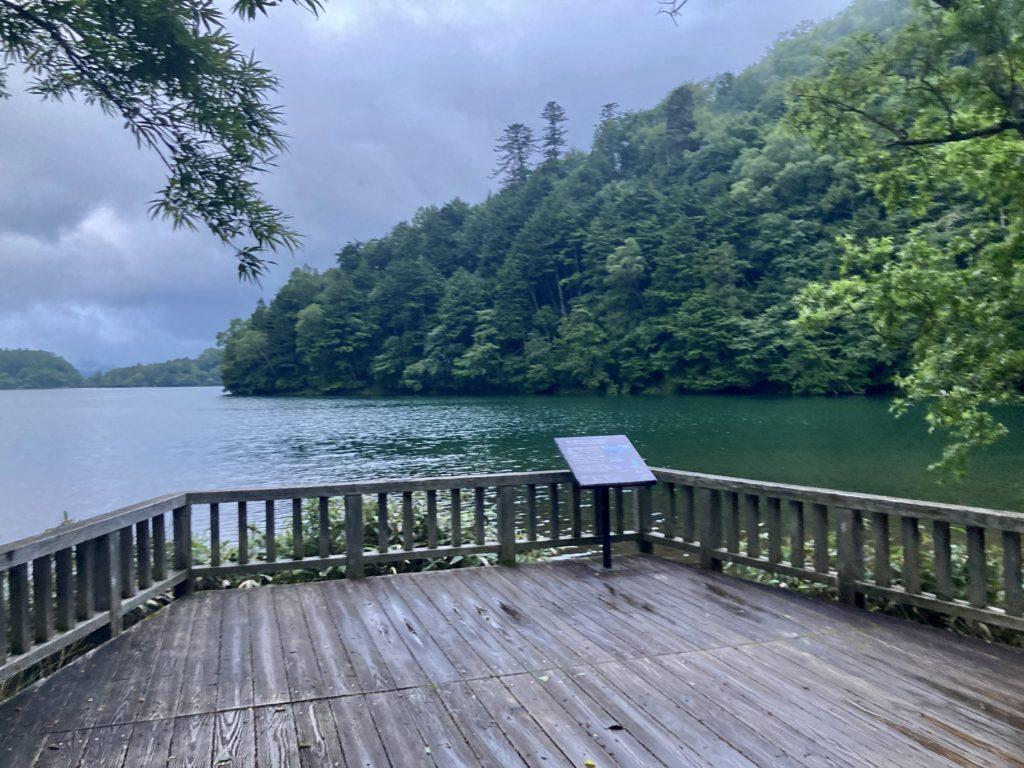 湯の湖ハイキングコースのウッドデッキ