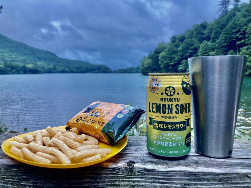 湯の湖ハイキングコースのウッドデッキで乾杯
