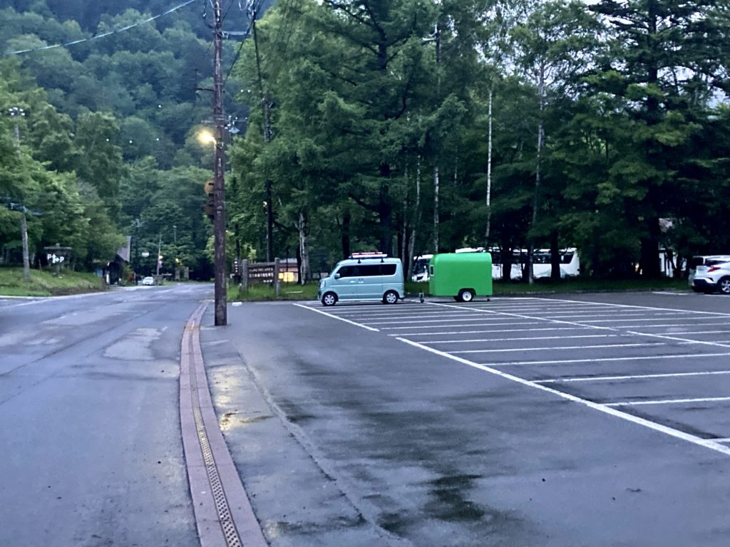 軽キャンピングトレーラーの幌馬車くんで行く湯の湖 湯元本通り南駐車場トレーラー車中泊の夕方